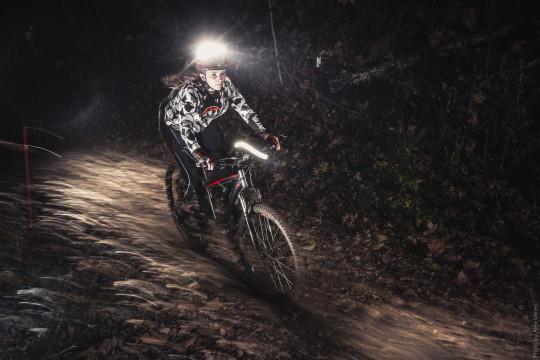 Девушка на ночной велогонке